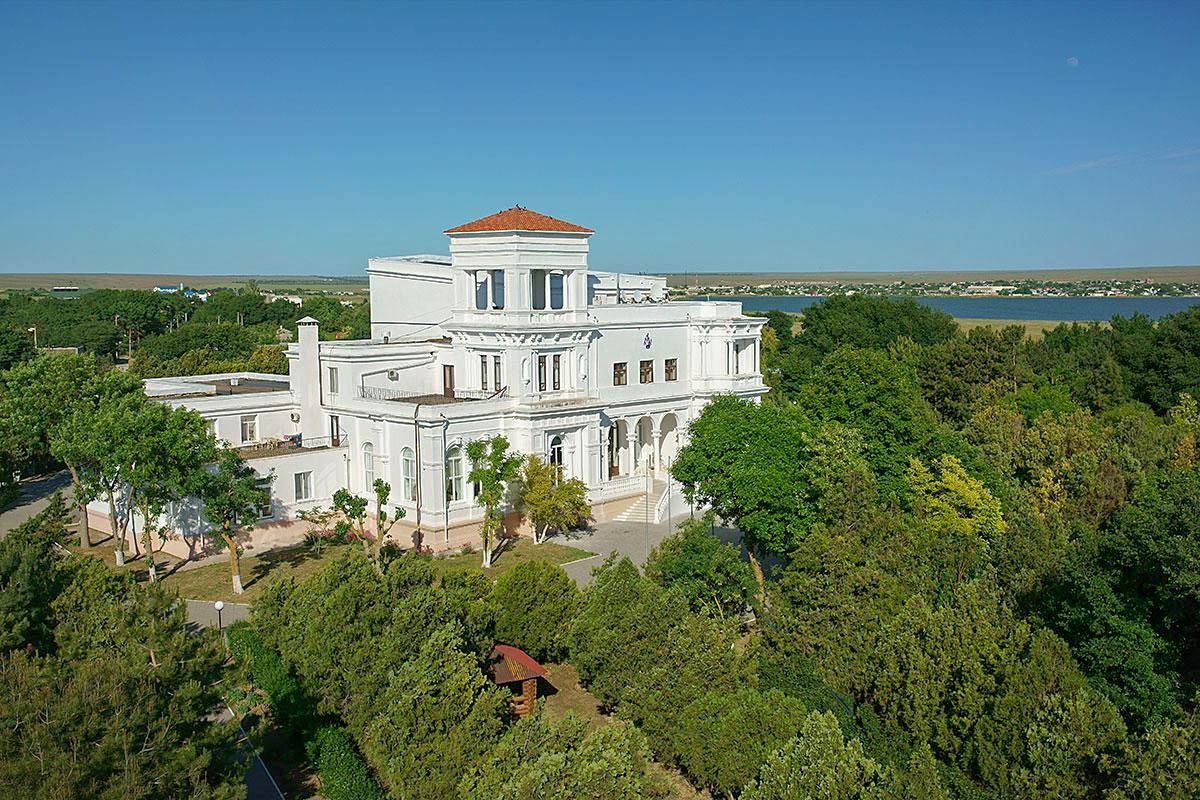 Своим эффектным зданием усадьба генерала Попова украшает все западное побережье Крымского полуострова, сейчас в нем действующий пансионат.
