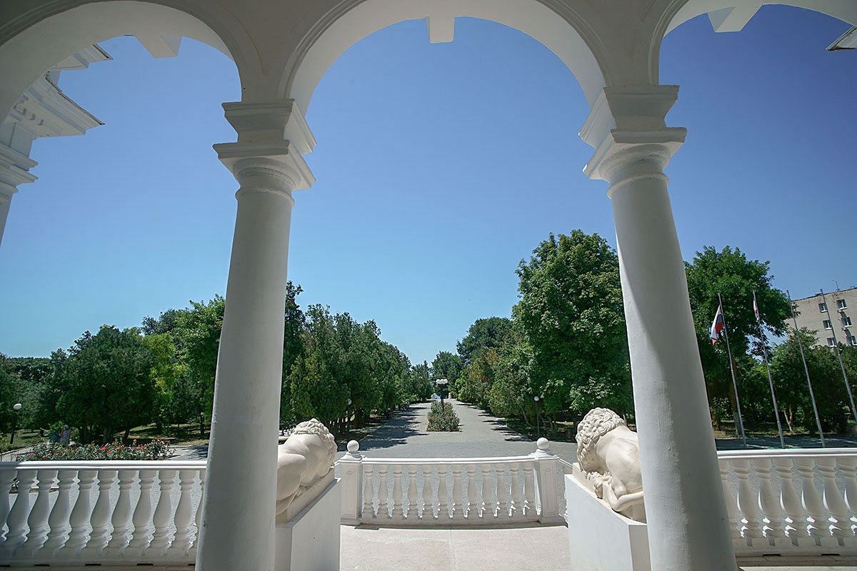Из аркады с колоннами и львами, от входа в усадьбу генерала Попова, видны парковые дорожки и аллеи, идущие к морскому побережью.