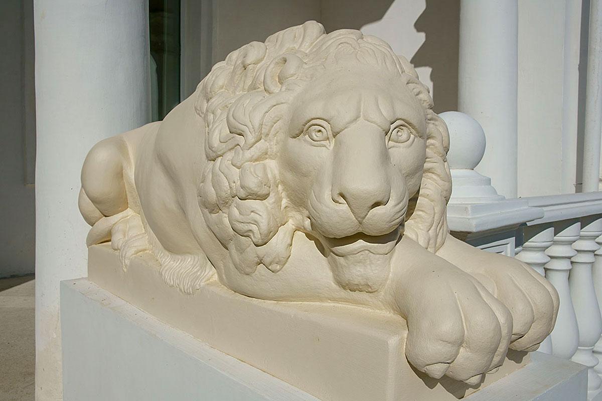 Фигуры отдыхающих звериных царей охраняют усадьбу генерала Попова, как и многочисленные дворцы и поместья во многих странах мира.