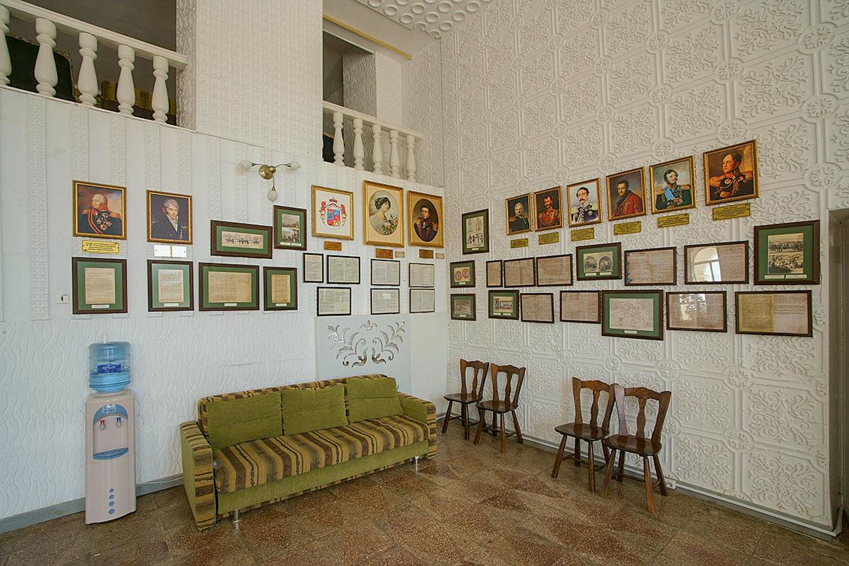 Вестибюль на входе в главное здание пансионата занят музейной экспозицией, повествующей об усадьбе генерала Попова и истории этого семейства.