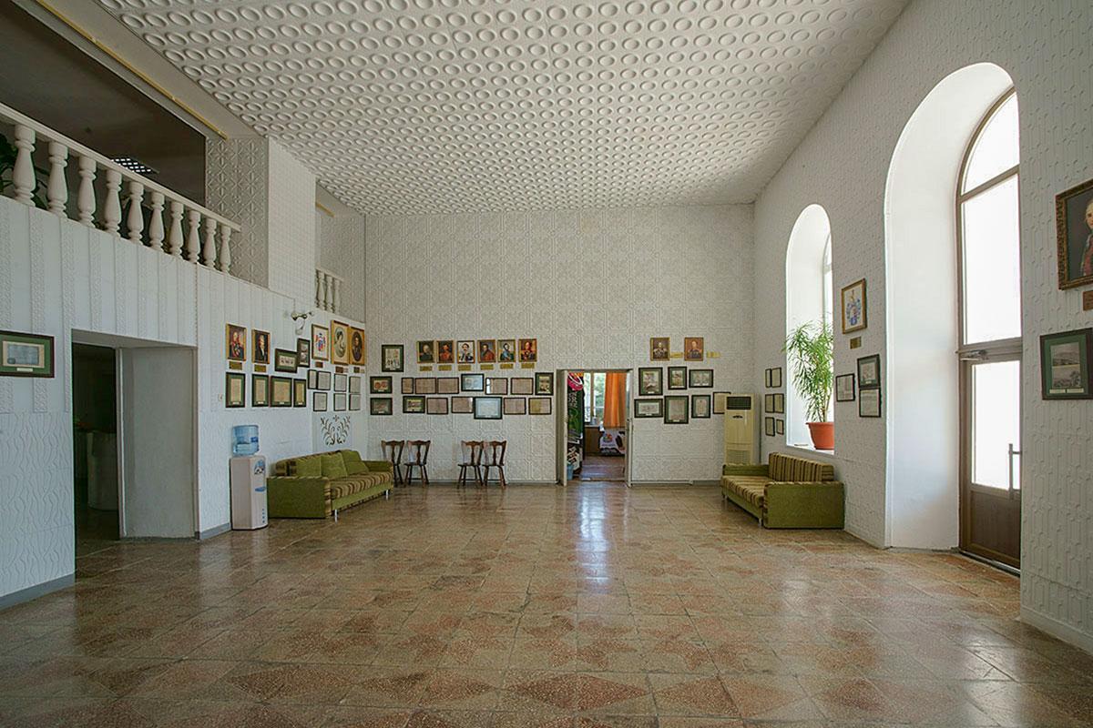 Просторный входной вестибюль усадьбы генерала Попова, теперь пансионата Солнечная долина, отличающийся открытыми проемами второго яруса, отделан по-современному.