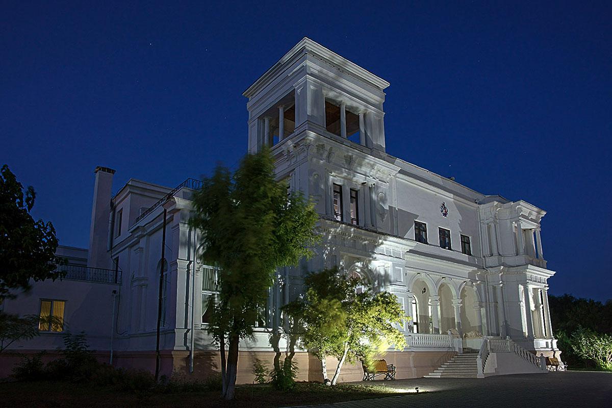Привлекательность асимметричного здания усадьбы генерала Попова в вечерних сумерках только возрастает, благодаря умелой подсветке.