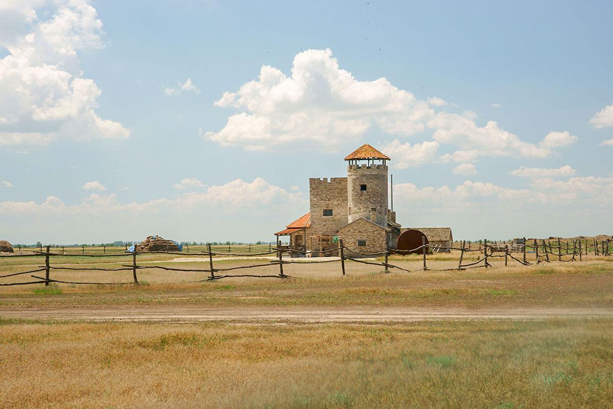 Среди степных просторов северо-востока Крымского полуострова, никогда не славившегося своими достопримечательностями, возник Введенский замок.