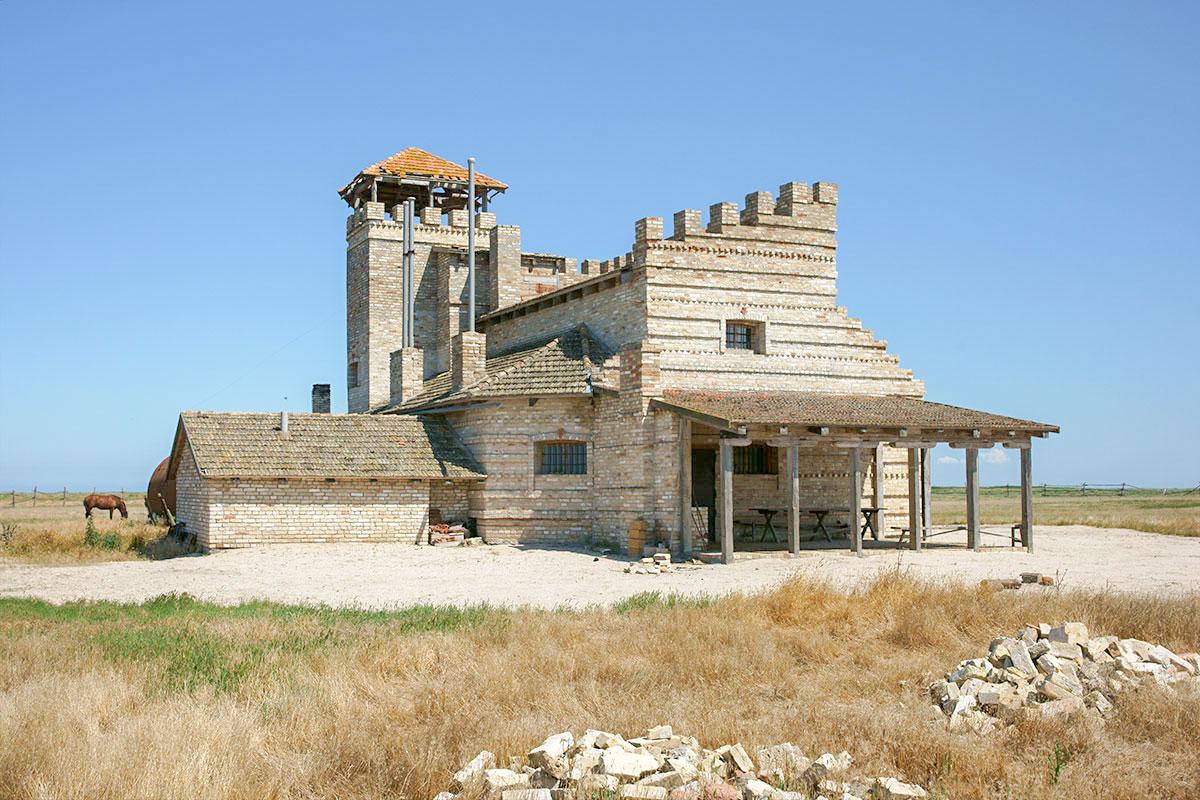Введенский замок построен энтузиастом из предпринимателей, вынашивающим идею о превращении степного региона в туристический.