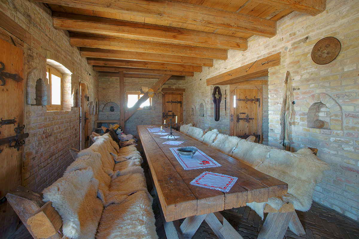Своим трапезным залом вновь построенный Введенский замок практически раскрывает собственное предназначение для рыбаков и охотников.