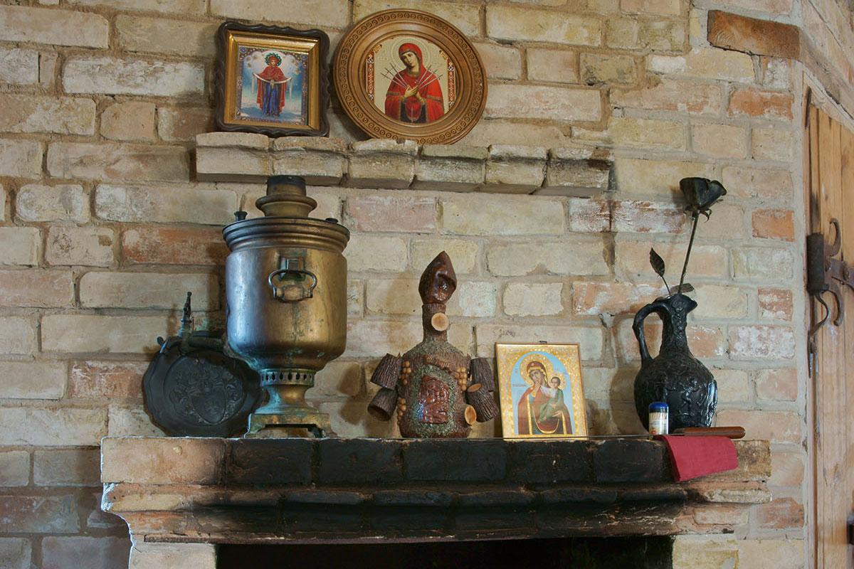 Слегка подкопченный камин трапезного зала Введенского замка свидетельствует о пребывании первых посетителей, начинают и сувениры копиться.