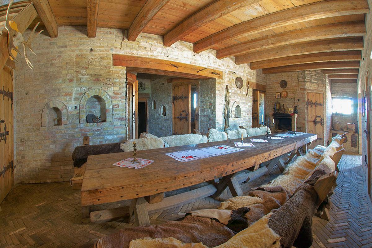 Суровое декорирование обеденного зала Введенского замка, использующий кирпич на полу и в стенах, дополненные древесиной, рассчитано на непритязательных посетителей.