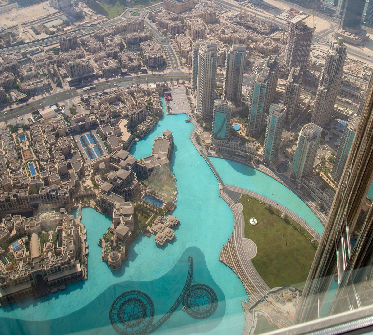 Прямо у южного подножия гигантского здания Бурдж Халифа находится пруд Дубайского фонтана, виден даже узор линий и кругов его гидромониторов.