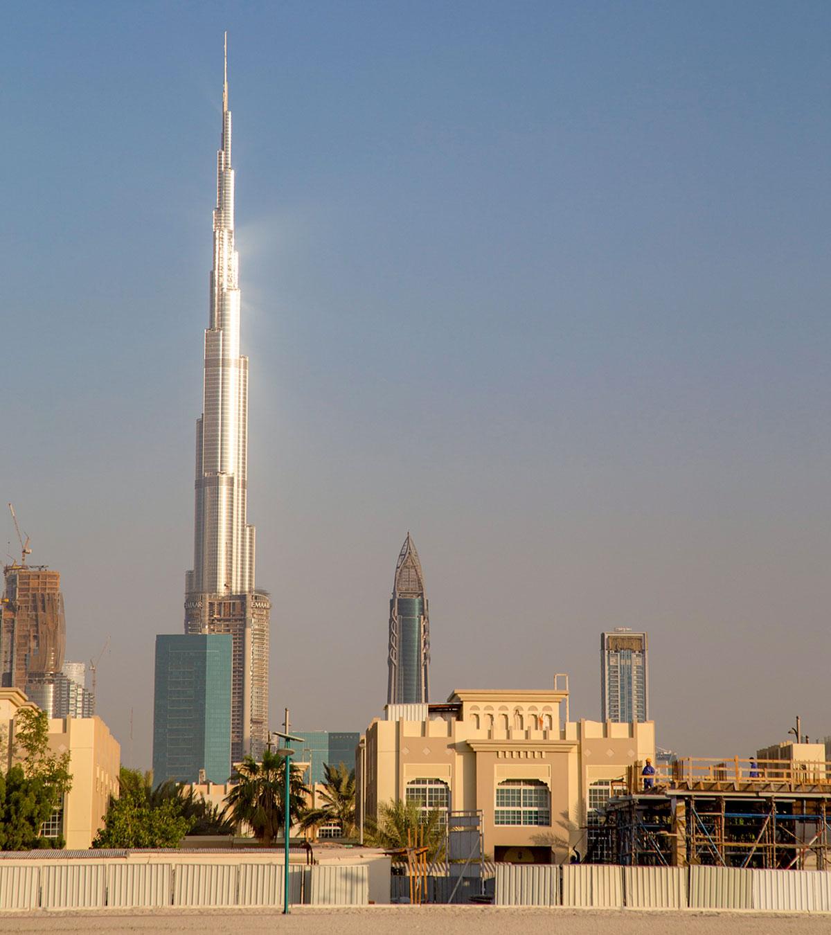 Издали слегка напоминающий коленчатый вал, небоскреб Бурдж Халифа в Дубае сооружался таким сознательно, чтобы снизить ветровое воздействие.