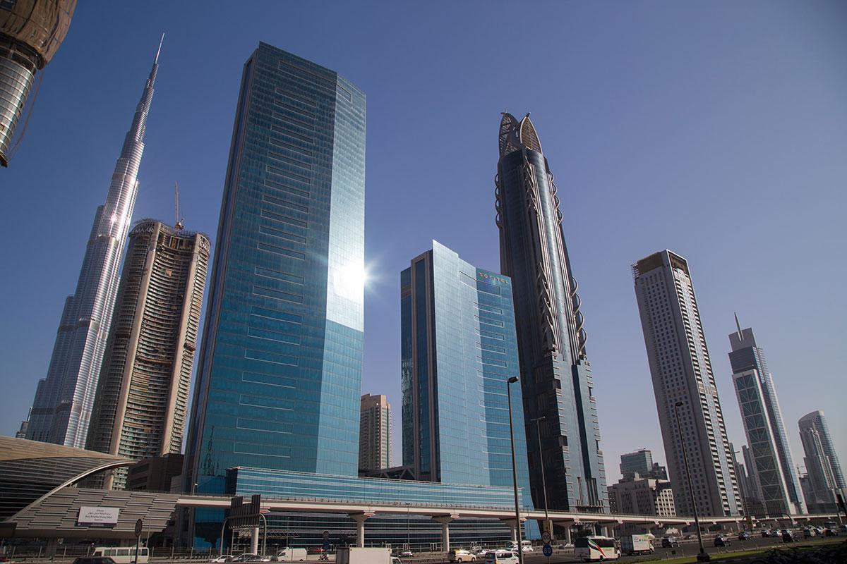 Если оставить башню Бурдж Халифа на заднем плане, гораздо более низкие здания по закону прямой перспективы будут казаться выше.