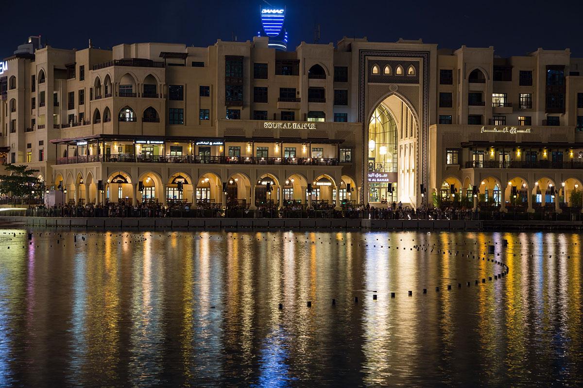 Набережные и балконы торгово-развлекательных центров вокруг фонтана Дубаи, усеянные наблюдающими, не сразу пустеют по окончанию представления.