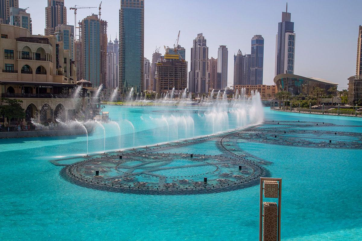 Располагается фонтан Дубаи на специально созданном искусственном водоеме, протяженность линий разбрызгивающих устройств 275 метров.