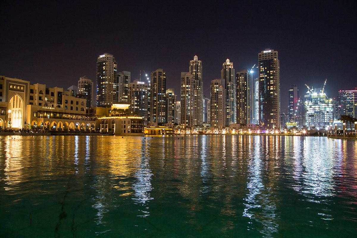 Пока не включен в действие знаменитый фонтан Дубаи, путешественники разбредаются по ближайшим торгово-развлекательным центрам мирового уровня.