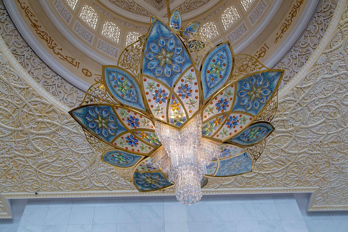 Входной вестибюль мечети шейха Зайда освещает и украшает великолепная люстра из стекла, выпущенного мануфактурой острова Мурано в Венеции.
