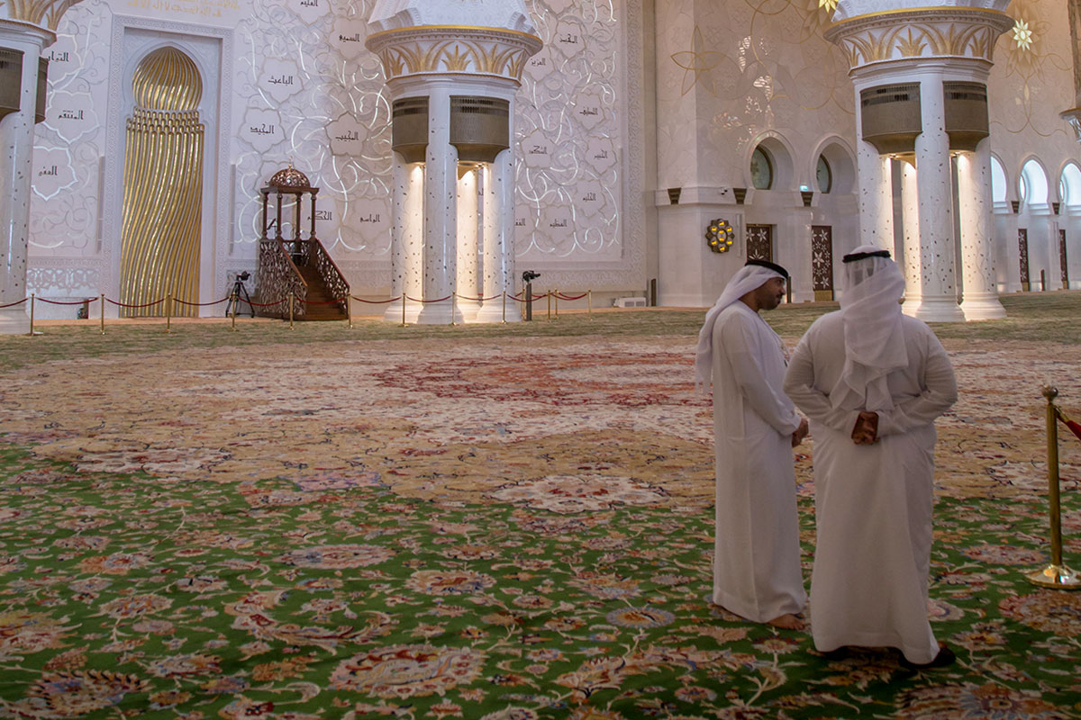 Главный молитвенный зал мечети шейха Зайда устилает крупнейший в мире натуральный ковер из Ирана, перед ним – обращенная к Мекке стена с нишей михраба и возвышением минбара.