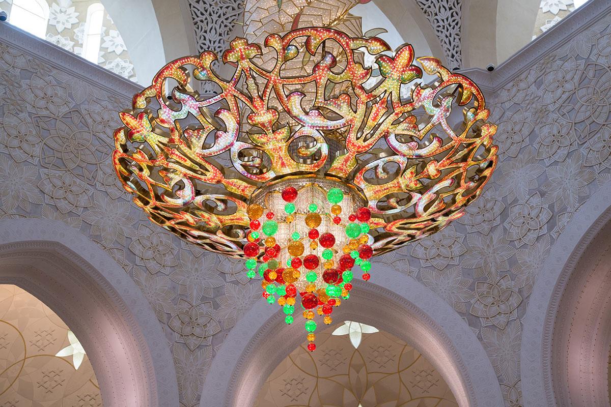 Центральная люстра мечети шейха Зайда, на которую ушло миллион кристаллов Сваровски, кажется цветной из-за бликов от подвесок.
