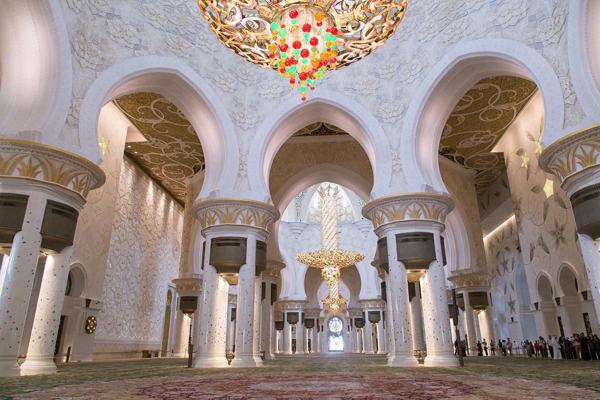 Живописные колоннады ротонд, украшенные перламутром, поддерживают купольные конструкции мечети шейха Зайда, откуда свисают сверкающие люстры.