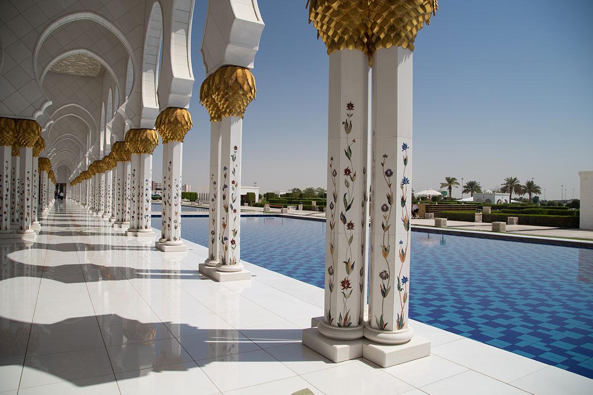 Очень живописно выглядят протяженные крытые галереи на границах внутреннего двора мечети шейха Зайда, особенно вместе с окружающими бассейнами.