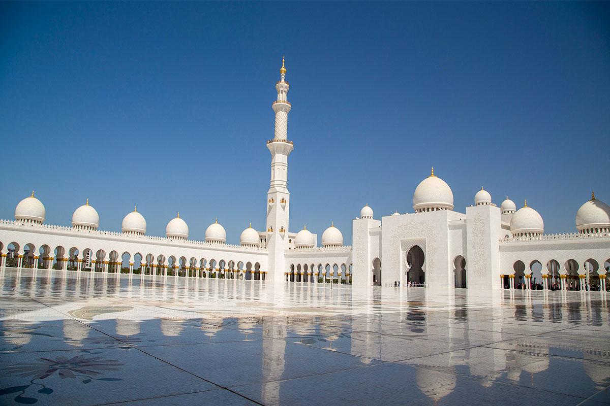 В декорировании мечети шейха Зайда использованы драгоценные металлы и камни, ее архитектурные элементы во многом превосходят мировые аналоги.