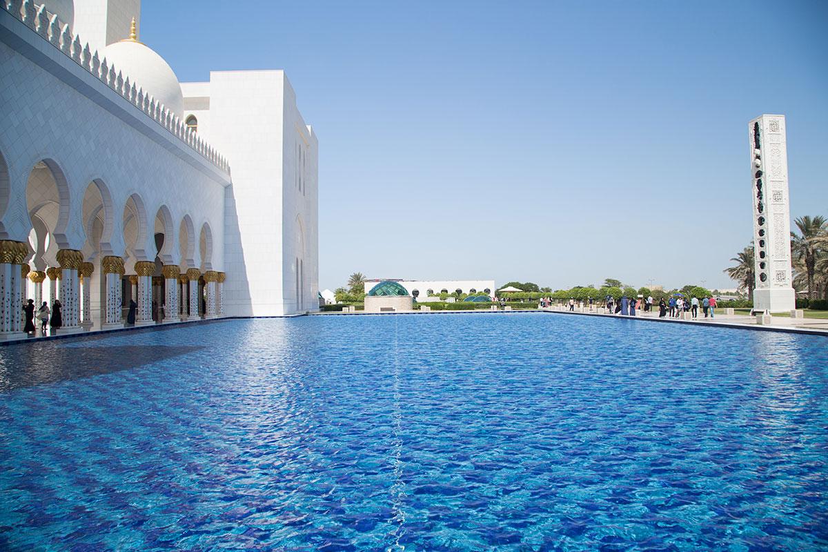 Использование во внешнем дворе мечети шейха Зайда водоемов большой площади позволяет формировать вблизи здания здоровый микроклимат.