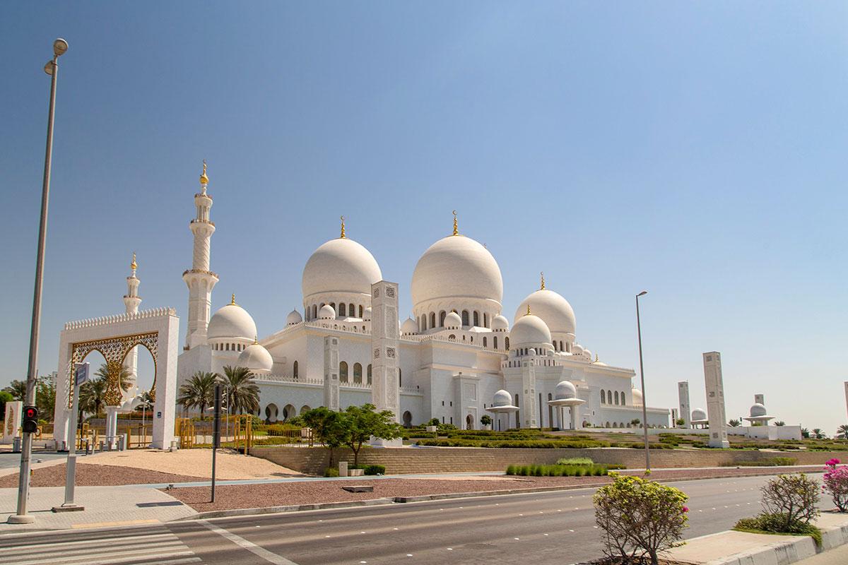 Главное религиозное строение Объединенных Арабских Эмиратов, мечеть шейха Зайда в Абу-Даби, одновременно является памятником создателю государства.