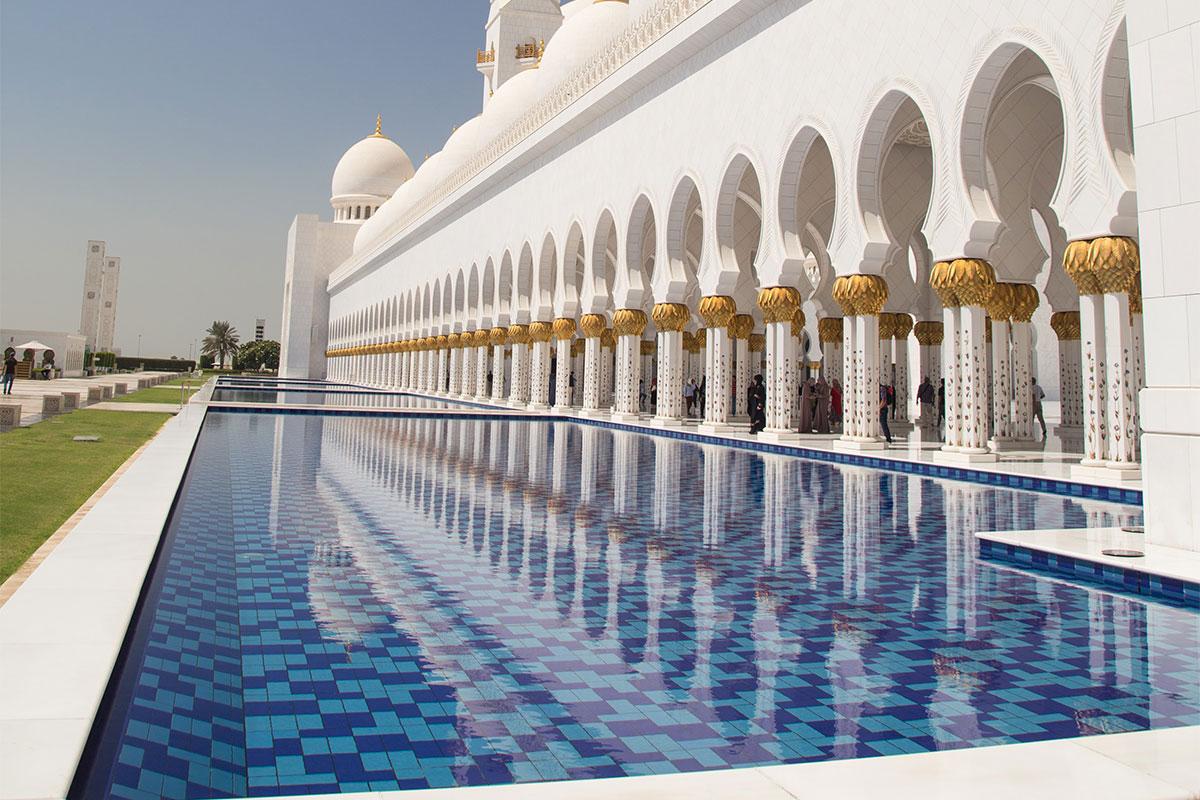 Мечеть шейха Зайда в столице ОАЭ построена из лучших в мире сортов мрамора, украшена еще более ценными материалами, окружена живописными бассейнами.