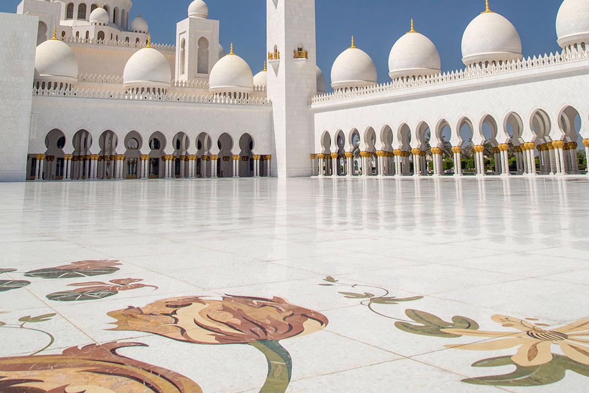 Мавританские аркады по периметру внутреннего двора мечети шейха Зайда, дополненные цветочными орнаментами, очаровывают посетителей.