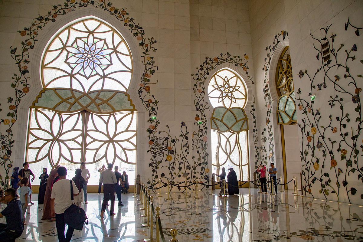 Для посетителей любых вероисповеданий мечеть шейха Зайда открыта регулярно, за исключением времени обязательных мусульманских молитв.