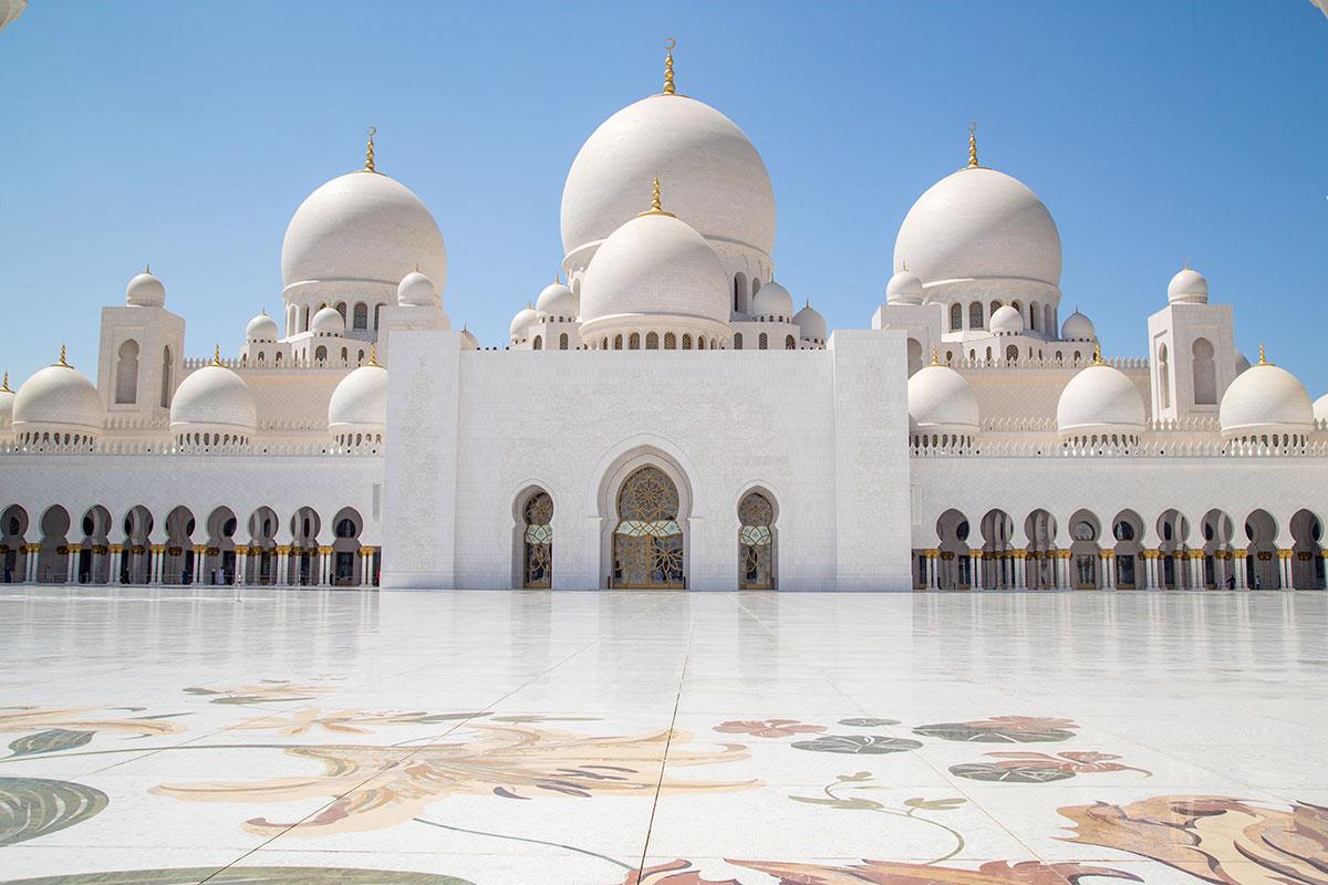 Диаметром главного купола мечеть шейха Зайда превосходит Голубую мечеть и византийский собор Святой Софии, ныне ставший музеем.
