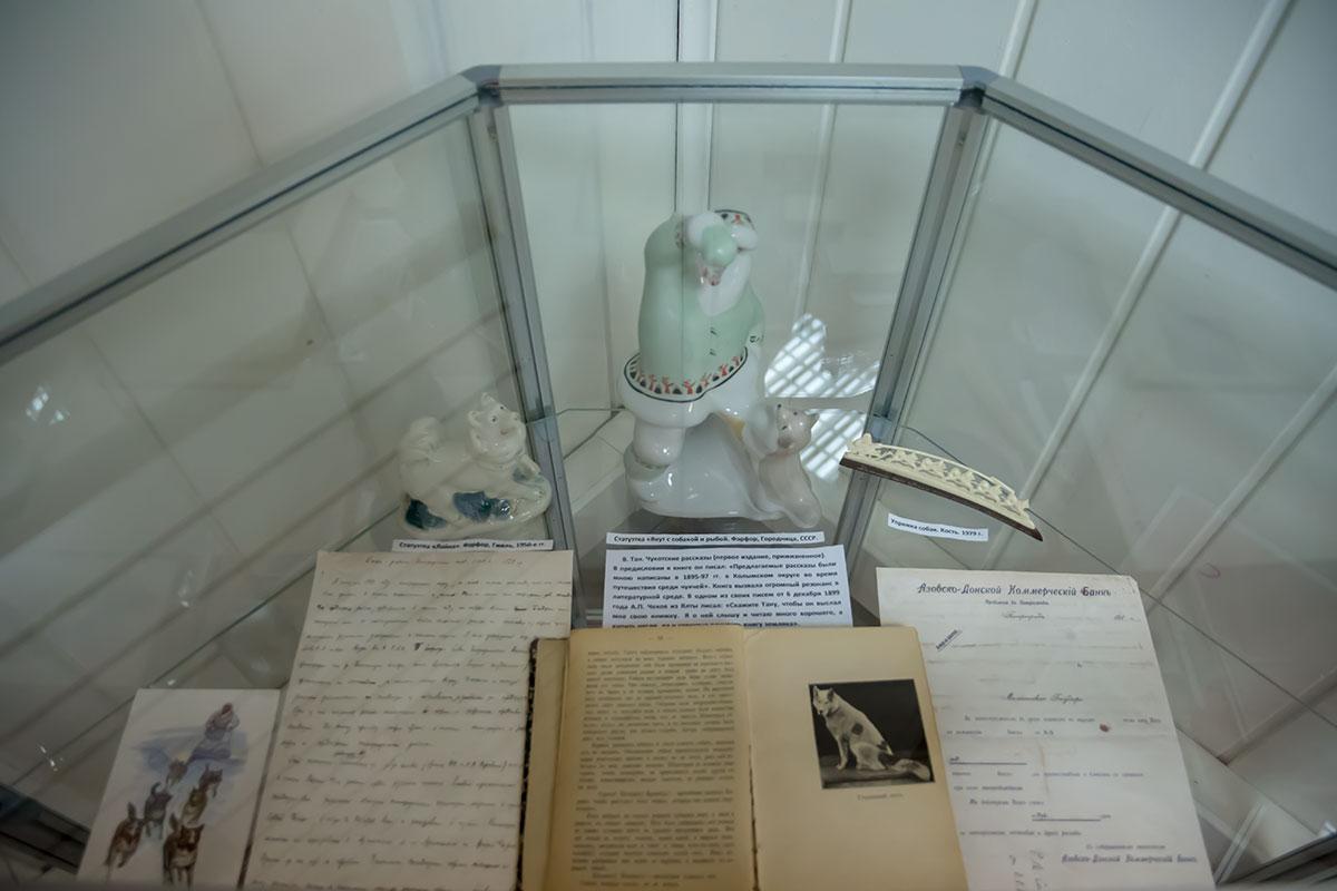 Небольшая работа по кости северного животного да фарфоровые статуэтки разбавляют в Музее Собаки печатные и рукописные материалы ограниченной ценности.