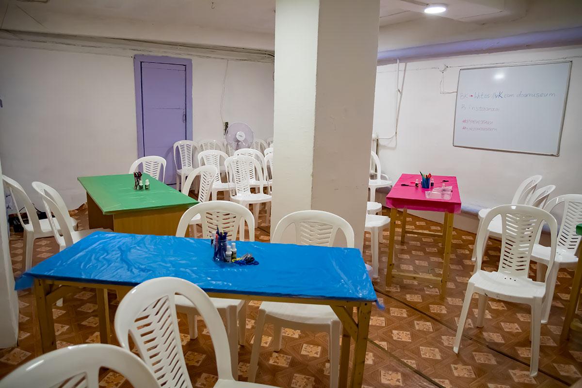 В меру имеющихся средств Музей Собаки скомплектовал мебелью и инвентарем помещения для проведения занятий с детьми, но без всяких изысков.