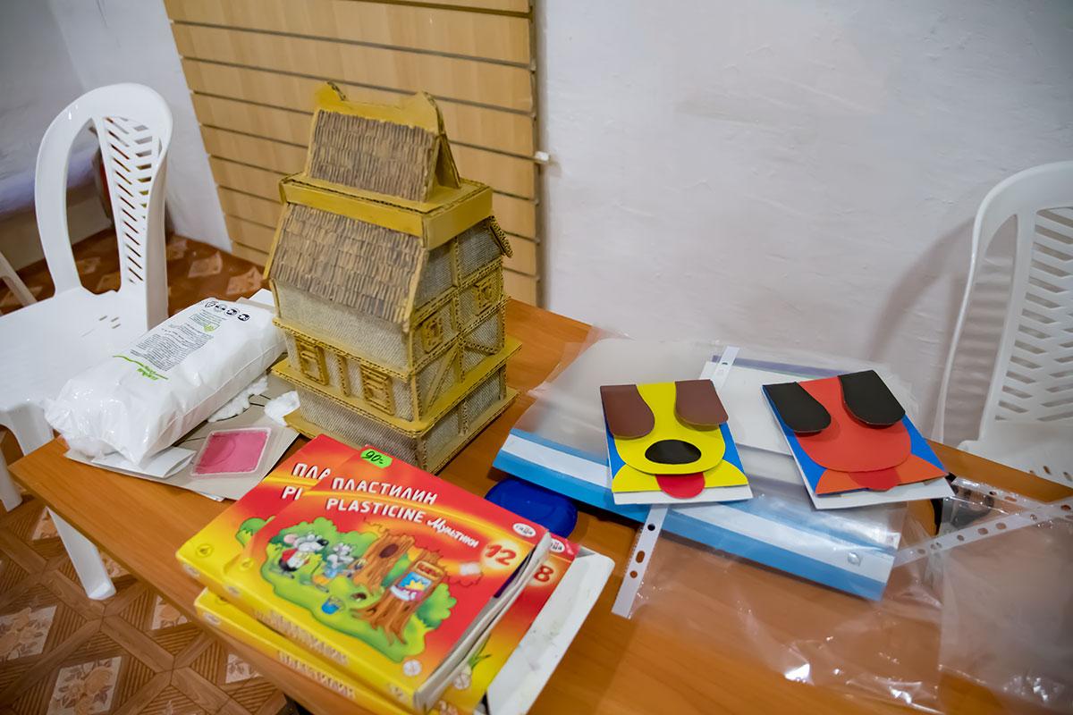При проведении мастер-классов с желающими детьми Музей Собаки полностью обеспечивает занимающихся необходимыми материалами для занятий.