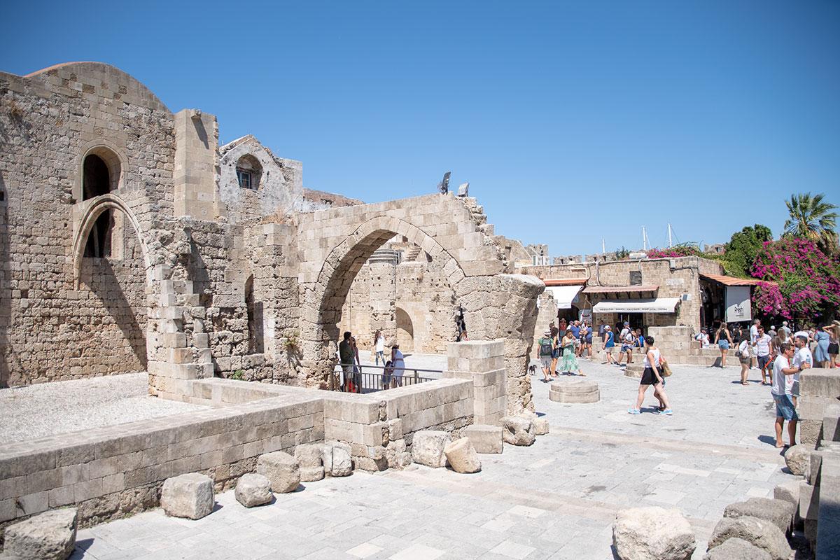 Сохранившиеся фрагменты южной стены храма Богородицы Бургосской в Старом городе Родоса реставрированы современным материалом, отличающимся от древнего.