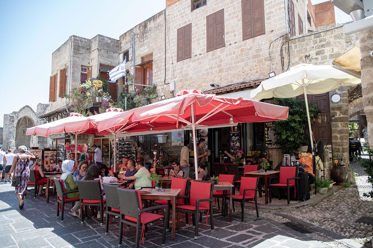 К западу от руин храма Богородицы Бургосской в Старом городе Родоса начинается еврейский квартал с многочисленными тавернами и ресторанами.