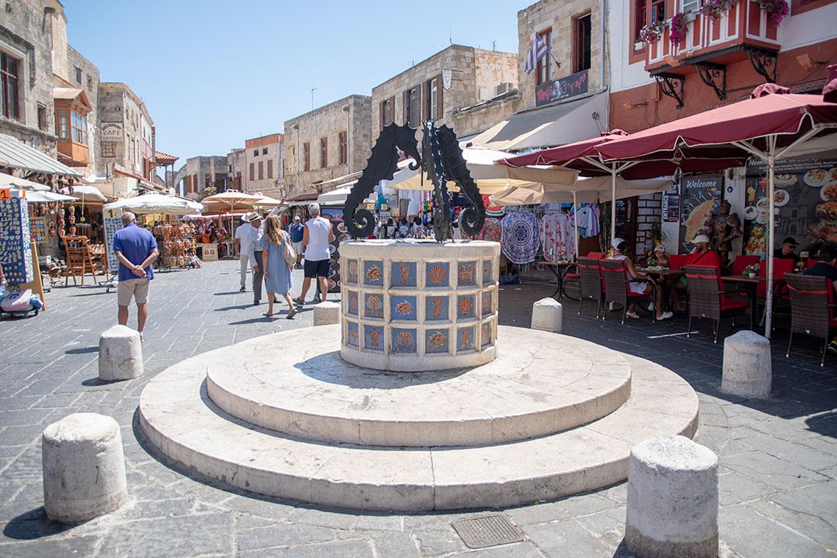 Площадь Еврейских мучеников в Старом городе Родоса украшена живописным фонтаном с мраморным бассейном и тремя морскими коньками из бронзы.