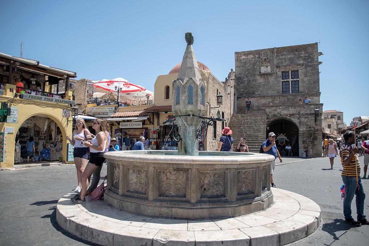 Центральная в Старом городе Родоса площадь, носящая имя Гиппократа, украшена самым большим фонтаном в форме фонаря, с совой на вершине.
