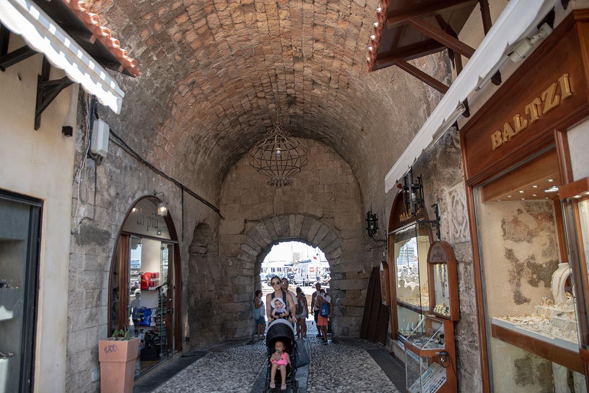 Многие старинные здания в Старом городе Родоса сохранены и не только поддерживаются в порядке, в них еще и активно торгуют сувенирами и бижутерией.