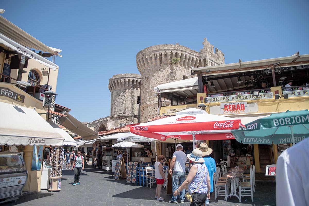 С площади Гиппократа в Старом городе Родоса видны Портовые Морские ворота, откуда попадают внутрь посетители с набережной порта Мандраки.