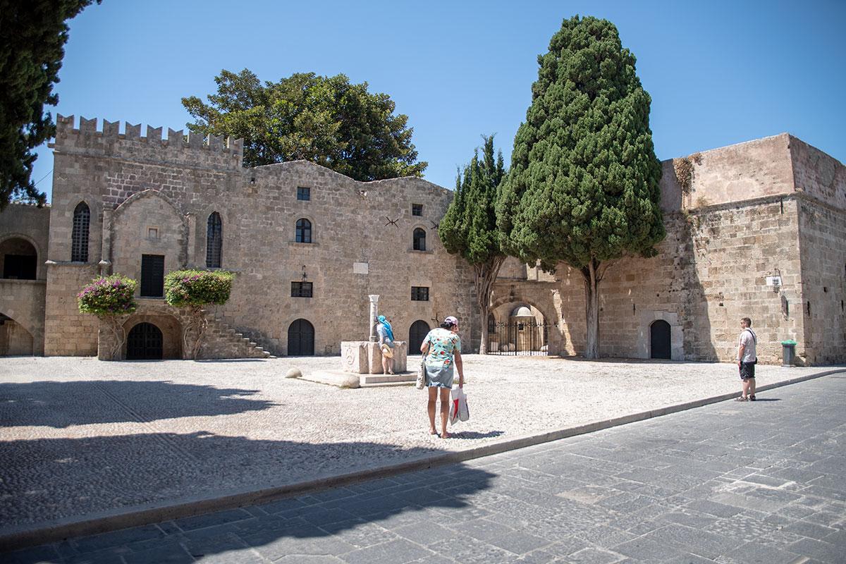 Очередной фонтан в форме мраморной колонны встречает посетителей Старого города Родоса возле одного из зданий музея современного искусства.