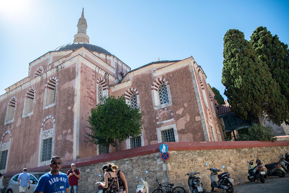 Находящуюся на реконструкции мечеть султана Сулеймана Великолепного в Старом городе Родоса можно осмотреть только снаружи, внутрь не пускают.