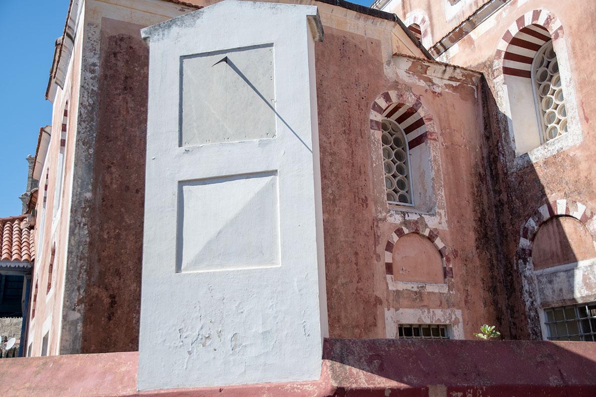 В Старом городе Родоса у мечети султана Сулеймана Великолепного можно видеть довольно редкие сейчас солнечные часы, реально показывающие время.