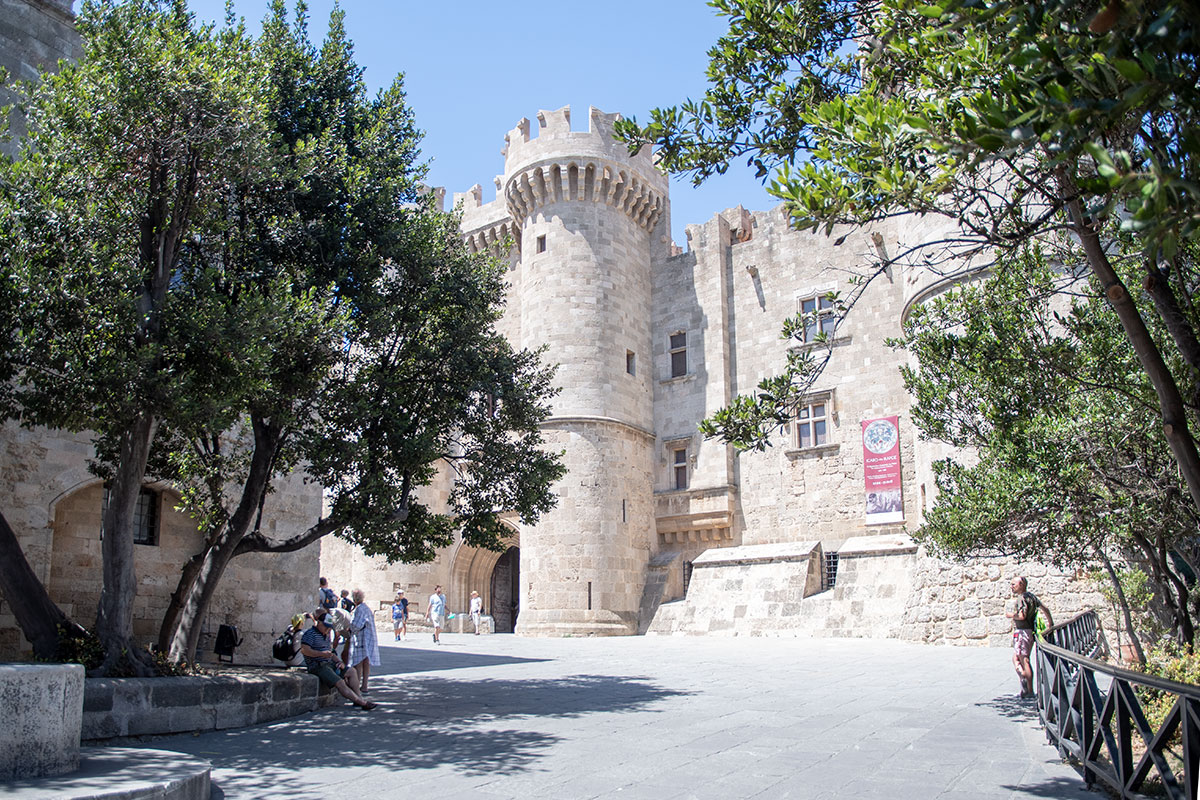 Самая главная достопримечательность Старого города Родоса, по общему мнению, Дворец великих магистров ордена иоаннитов, или госпитальеров.
