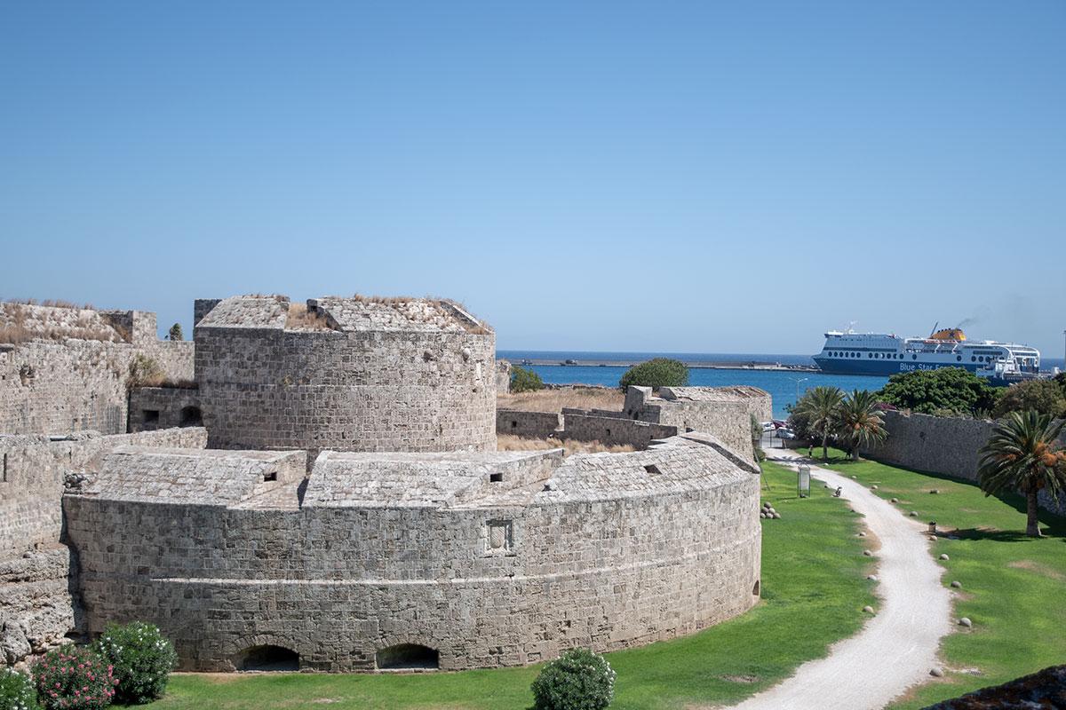 На своей южной границе Старый город Родоса обнесен, как и весь периметр, очень солидными и основательными оборонительными сооружениями.