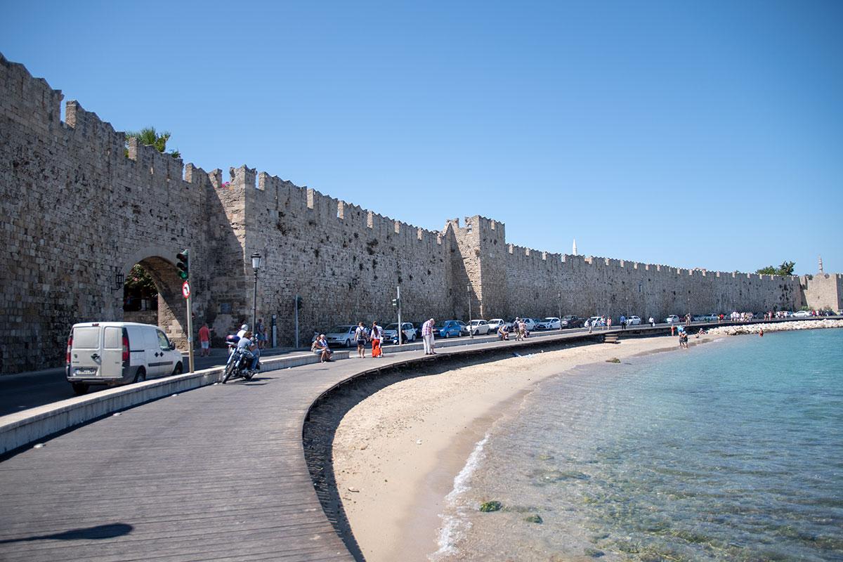Родосская крепость, или Старый город Родоса, по всему периметру протяженностью в 4 километра обнесена высокой каменной стеной с зубцами.