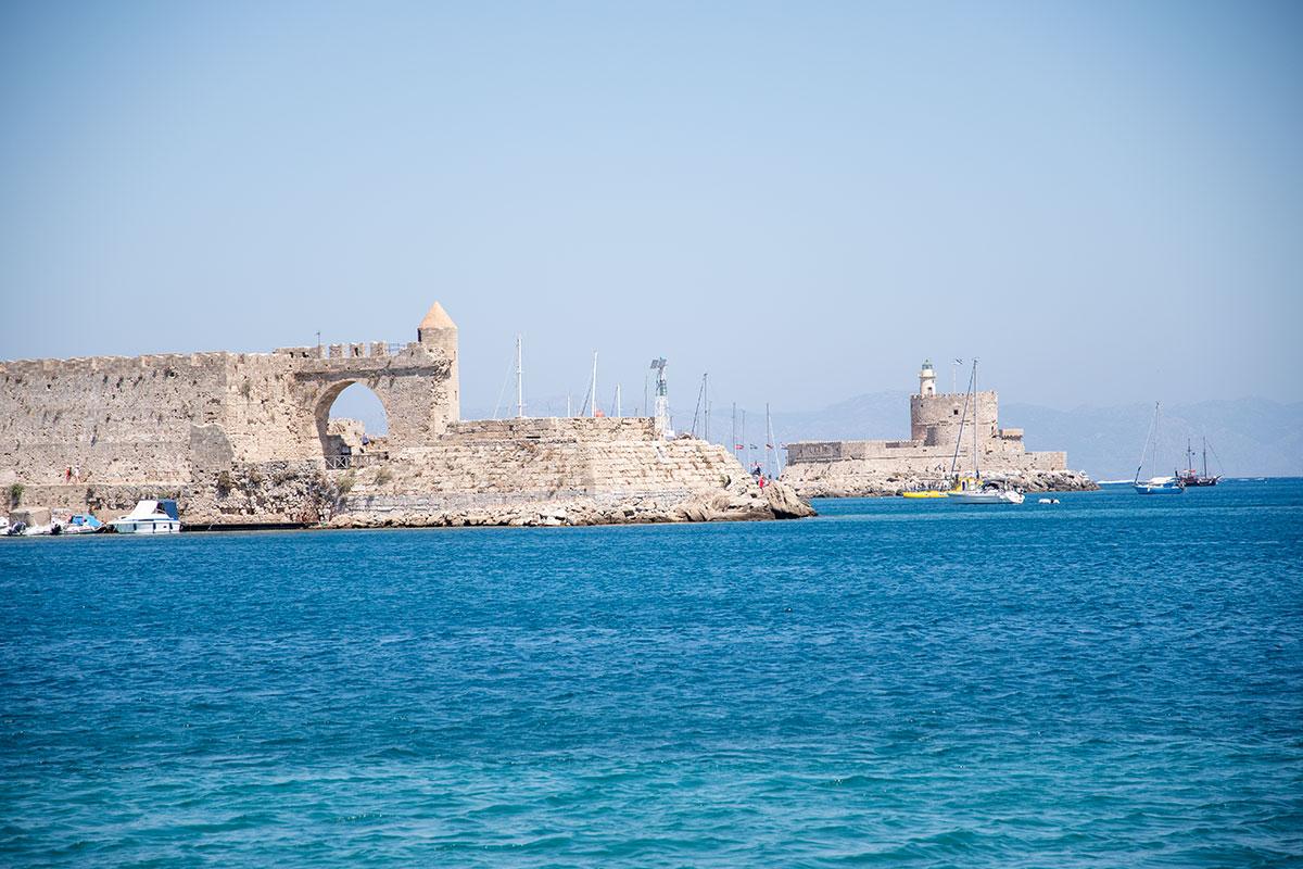С набережной возле крепостных стен Старого города Родоса открывается панорамный обзор портовых строений, имевших оборонительное назначение.