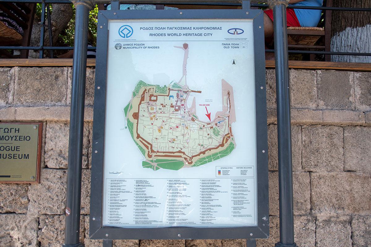 Ориентированная по сторонам света туристическая схема Старого города Родоса вполне пригодна для передвижения по территории без экскурсовода.