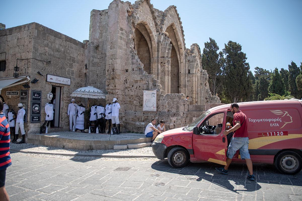 От разрушенного во время Второй мировой войны храма Богородицы Бургосской в Старом городе Родоса сохранилась алтарная апсида, словно на демонстрационном разрезе.
