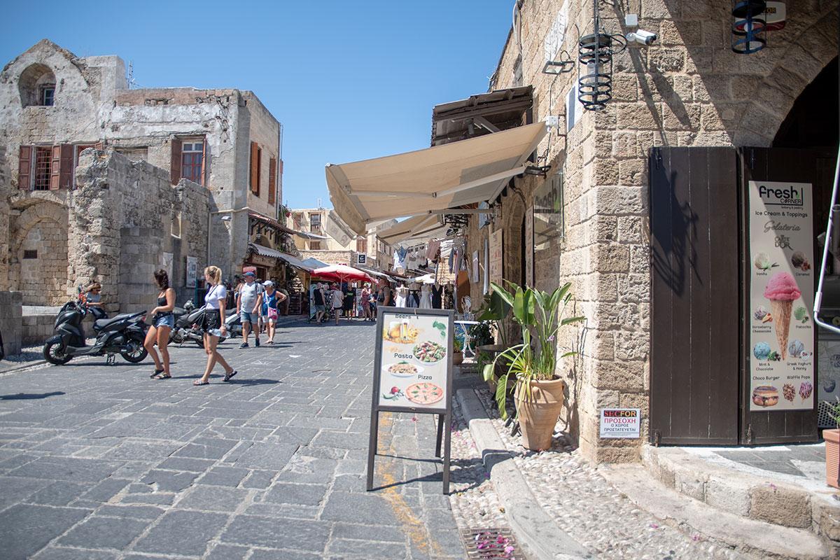 Северная стена руин храма Богородицы Бургосской в Старом городе Родоса стала основой жилого здания, в котором вдобавок расположена и торговая точка.