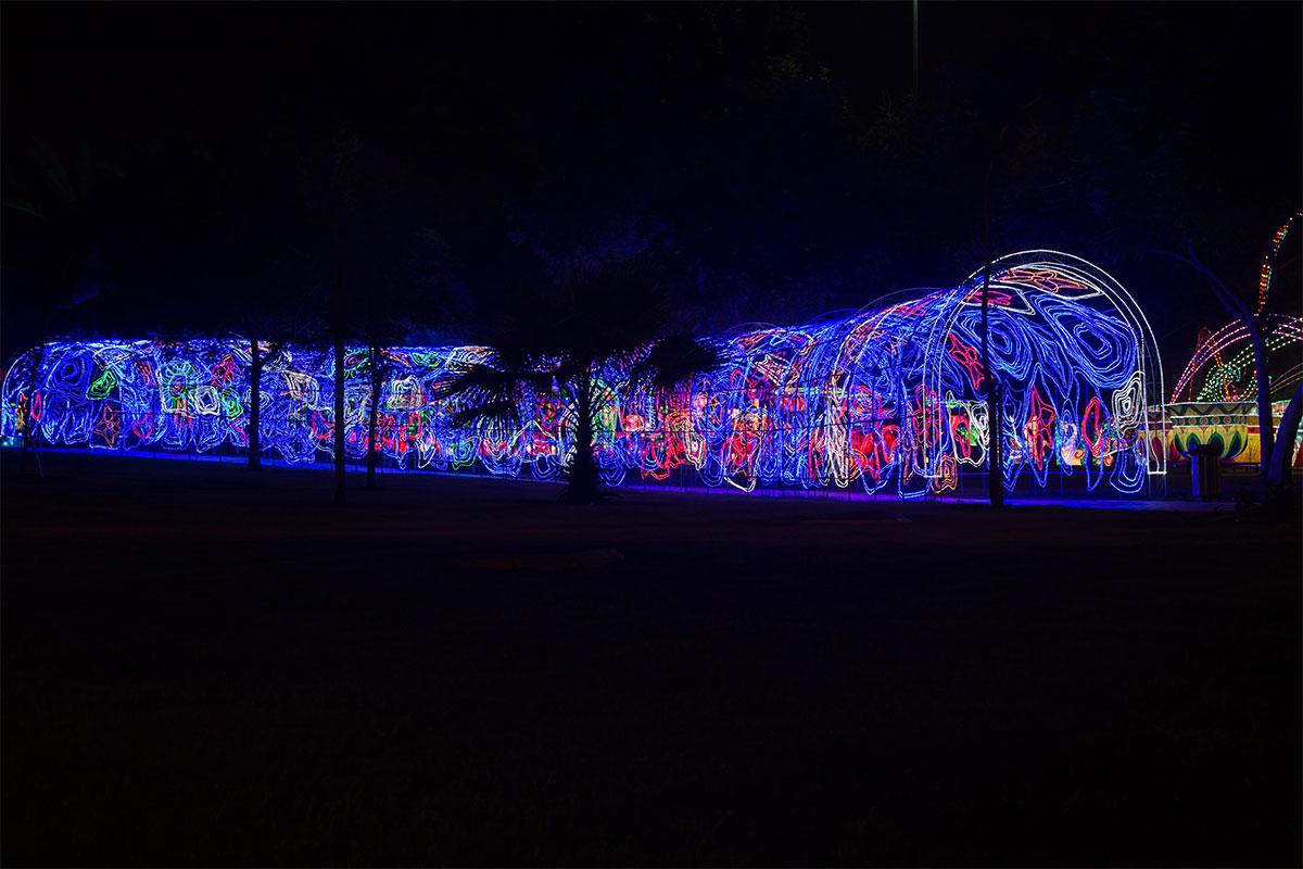 Второй разновидностью переходов между тематическими зонами светящегося парка являются парковые перголы, вместо лиан опутанные светодиодными нитями.