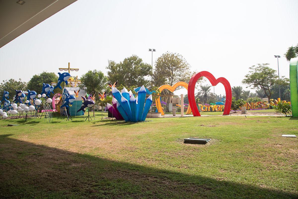 При ярком дневном освещении аравийским солнцем никто не ходит в светящийся парк, он стопроцентно теряет свою сумеречную привлекательность.